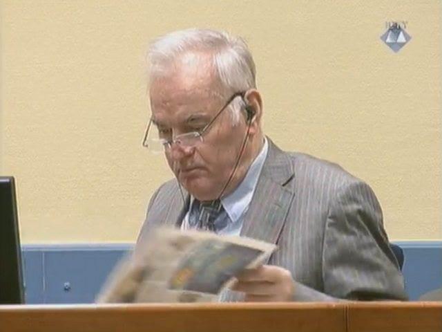 Ratko Mladić čita novine u Haškoj sudnici Izvor: MKSJ