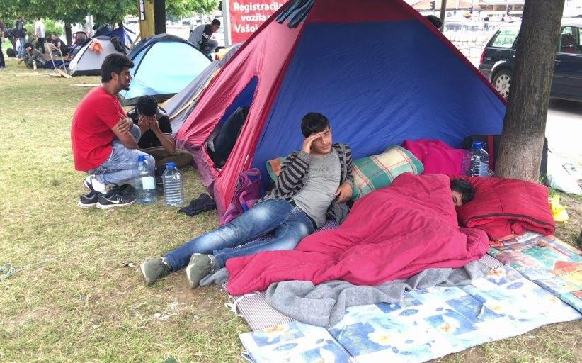 Više od stotinu migranata u Velikoj Kladuši iz parka premješteno u kamp