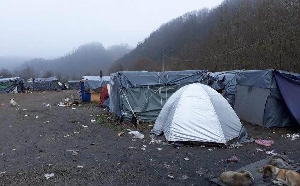 Migranti iz straha ostaju u hladnom i blatnjavom šatorskom naselju