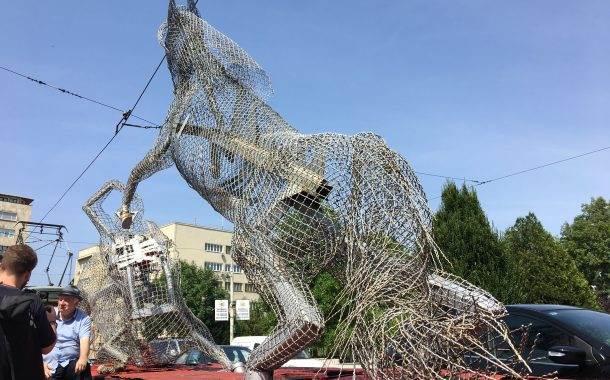 Sculpture Rides Through Bosnian Capital, Recalling Wartime Courage