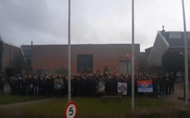 """Grupa navijača """"Partizana"""" podržala Ratka Mladića ispred zatvora u Haagu"""