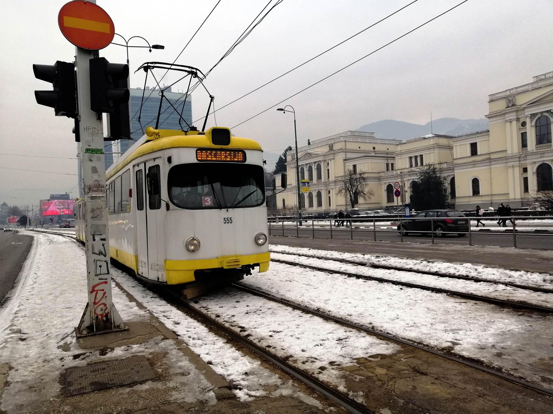 Staklo i krv u tramvaju granatiranom 9. januara 1996. godine